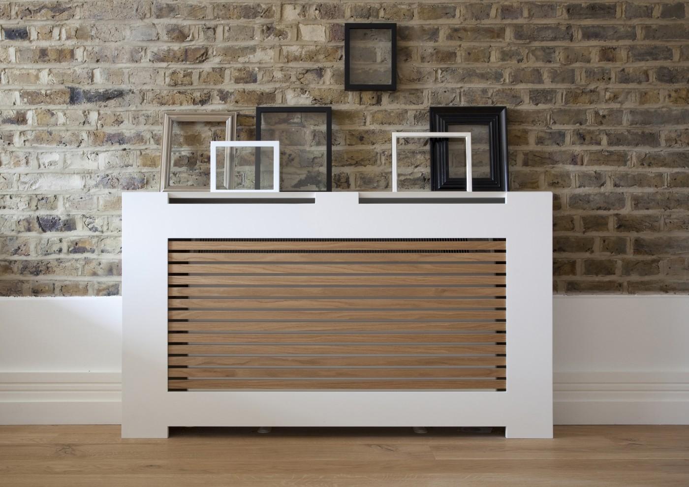 Бело-коричневый экран на батарею отопления в современном дизайне