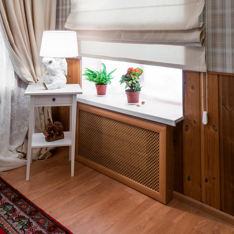 Красивый коричневый экран на батарею в интерьере комнаты