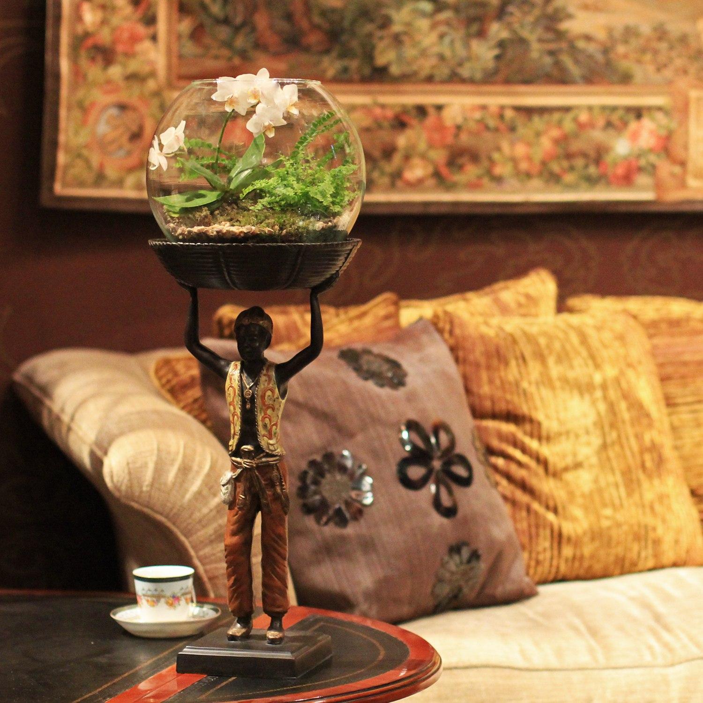 Флорариум с орхидеей и папоротником в интерьере