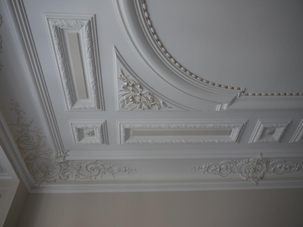 Плинтус на потолок гипсовый