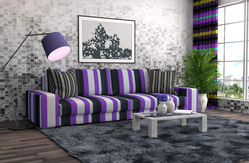 Серая гостиная с фиолетовым диваном
