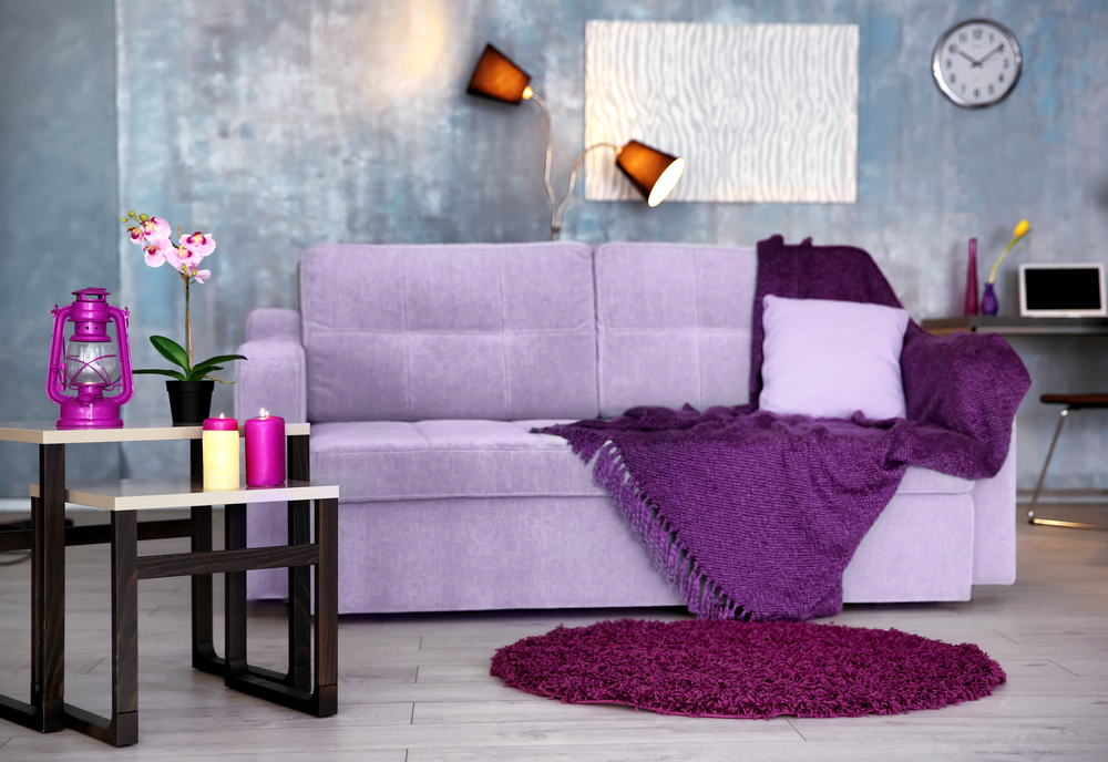 Серая гостиная с сиреневым диваном
