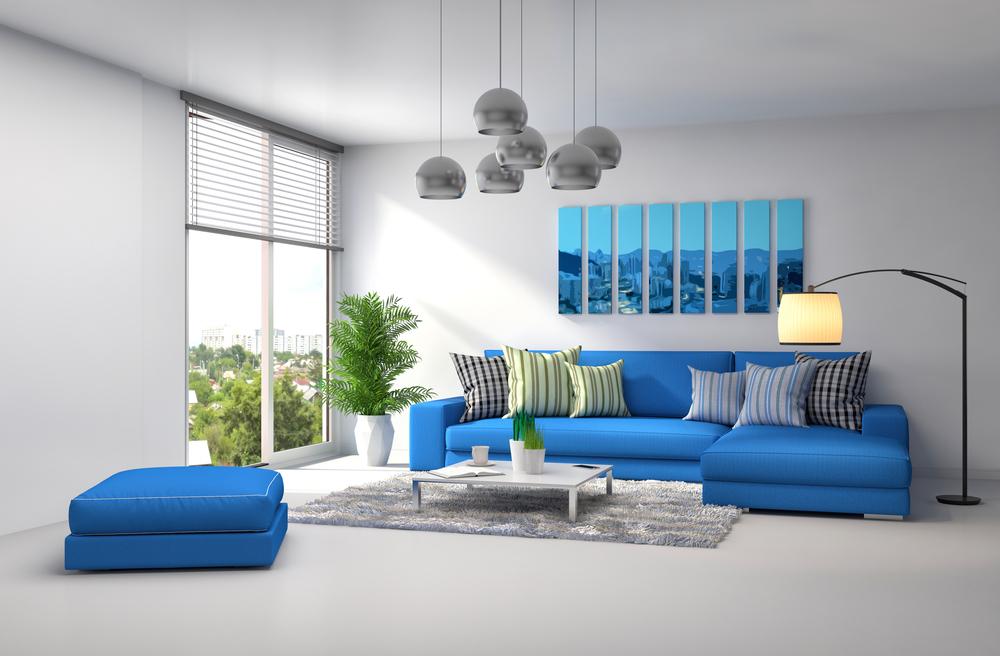Синий диван в серой гостиной
