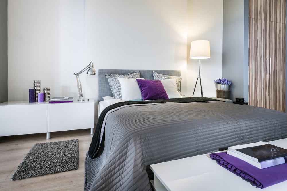 Серая спальня с фиолетовыми акцентами