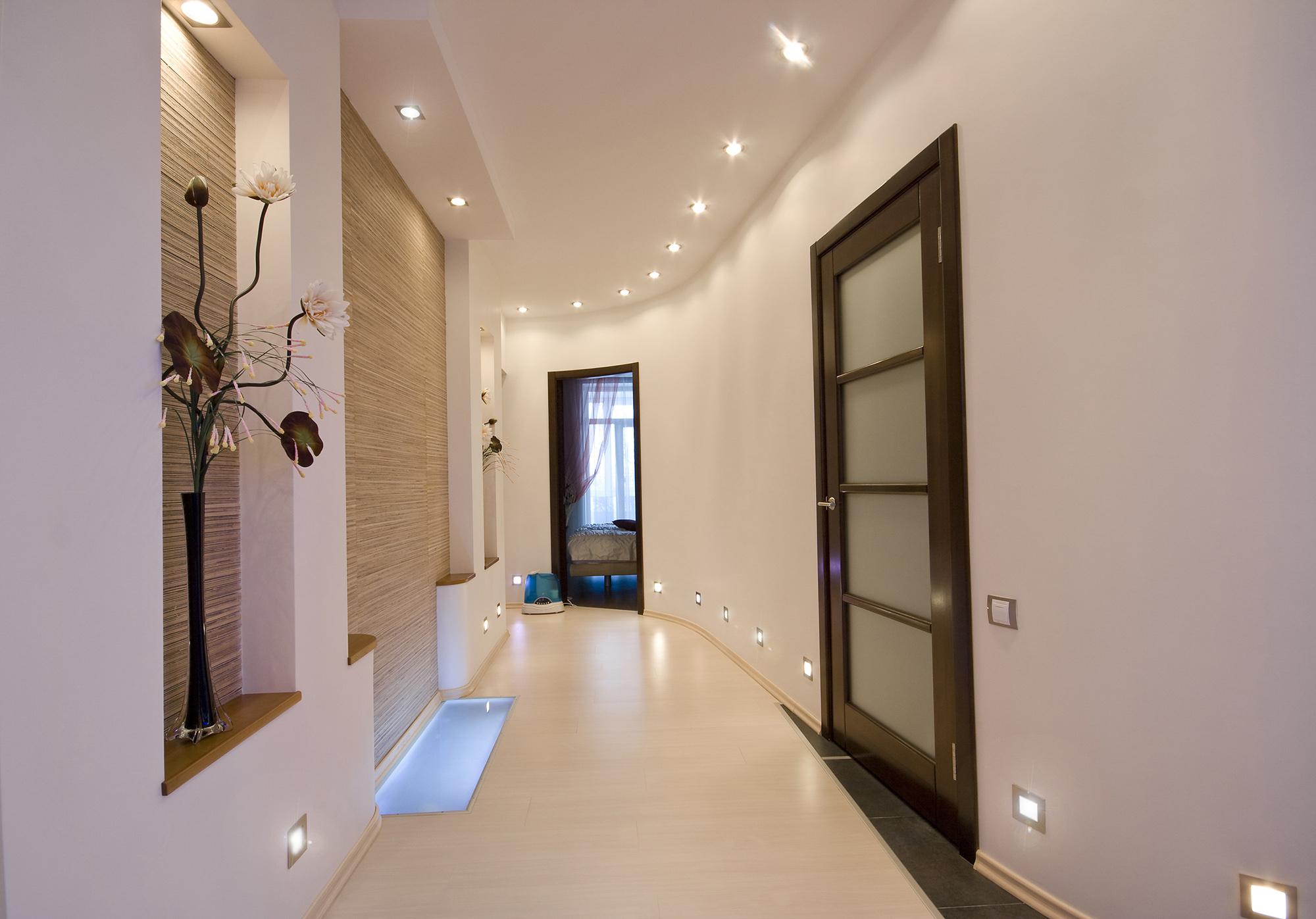 Бежево-белый коридор с точечным освещением
