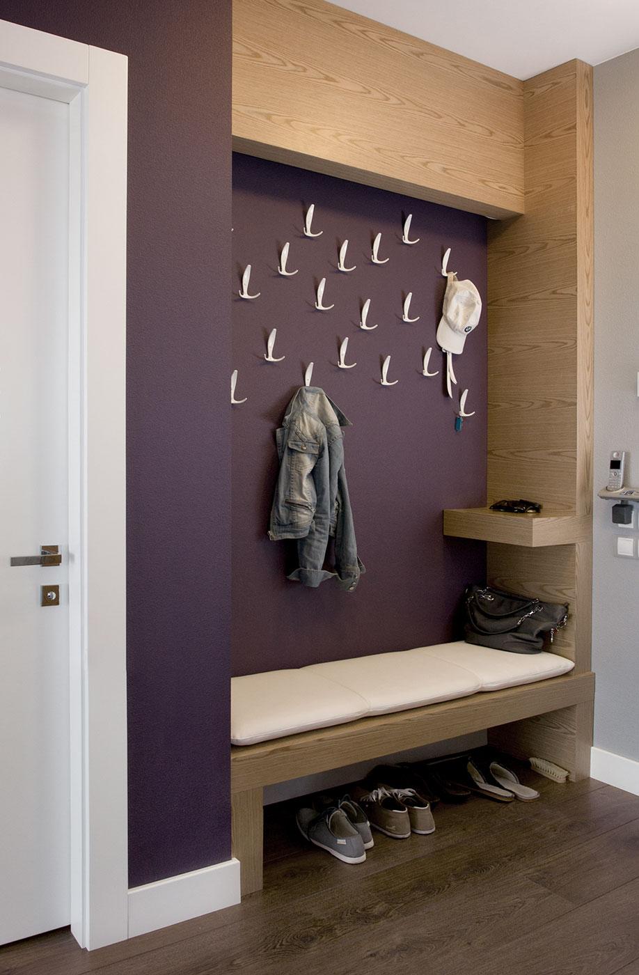 Фиолетово-коричневая прихожая