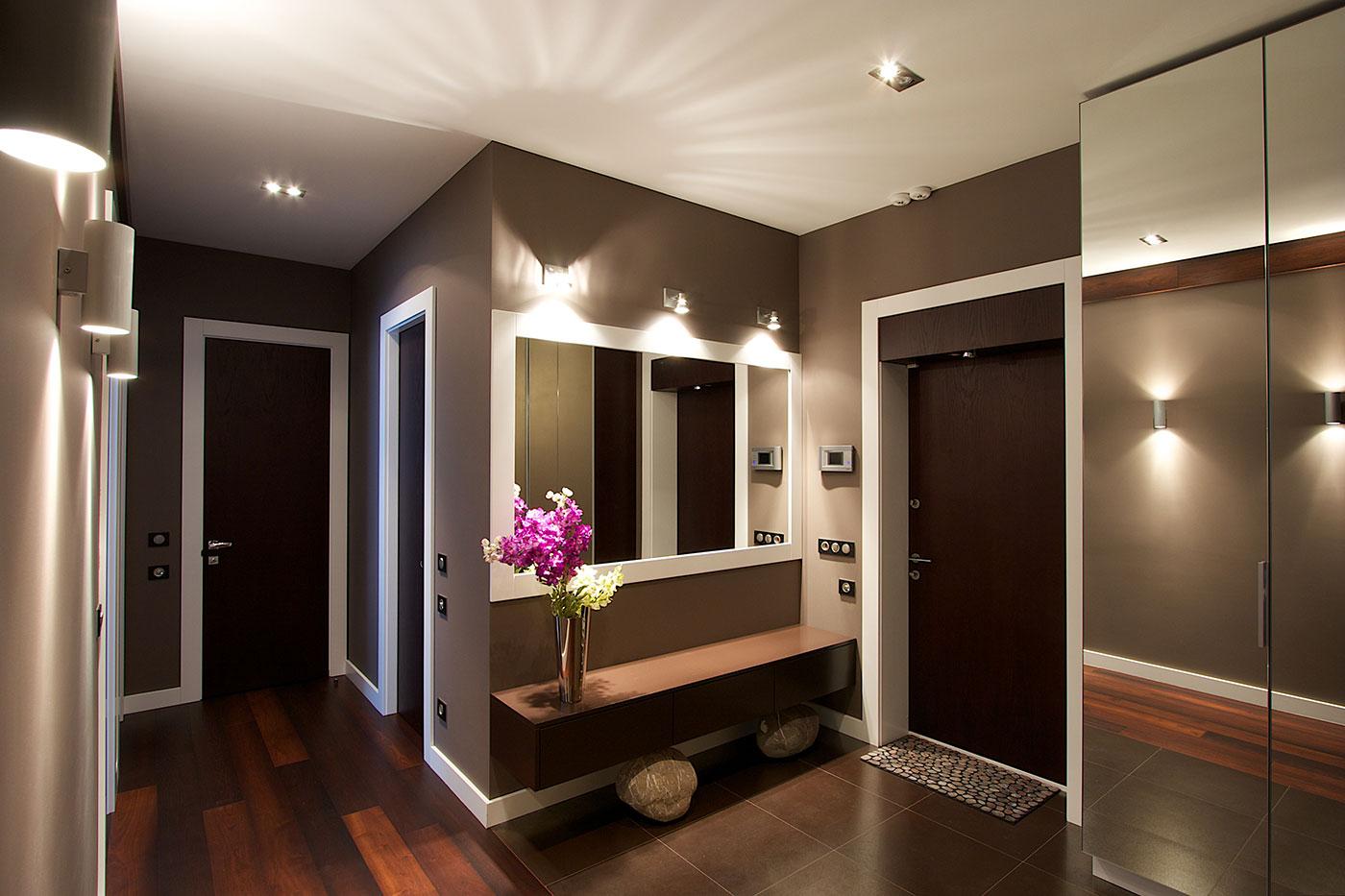 Темно-коричневые стены в интерьере прихожей
