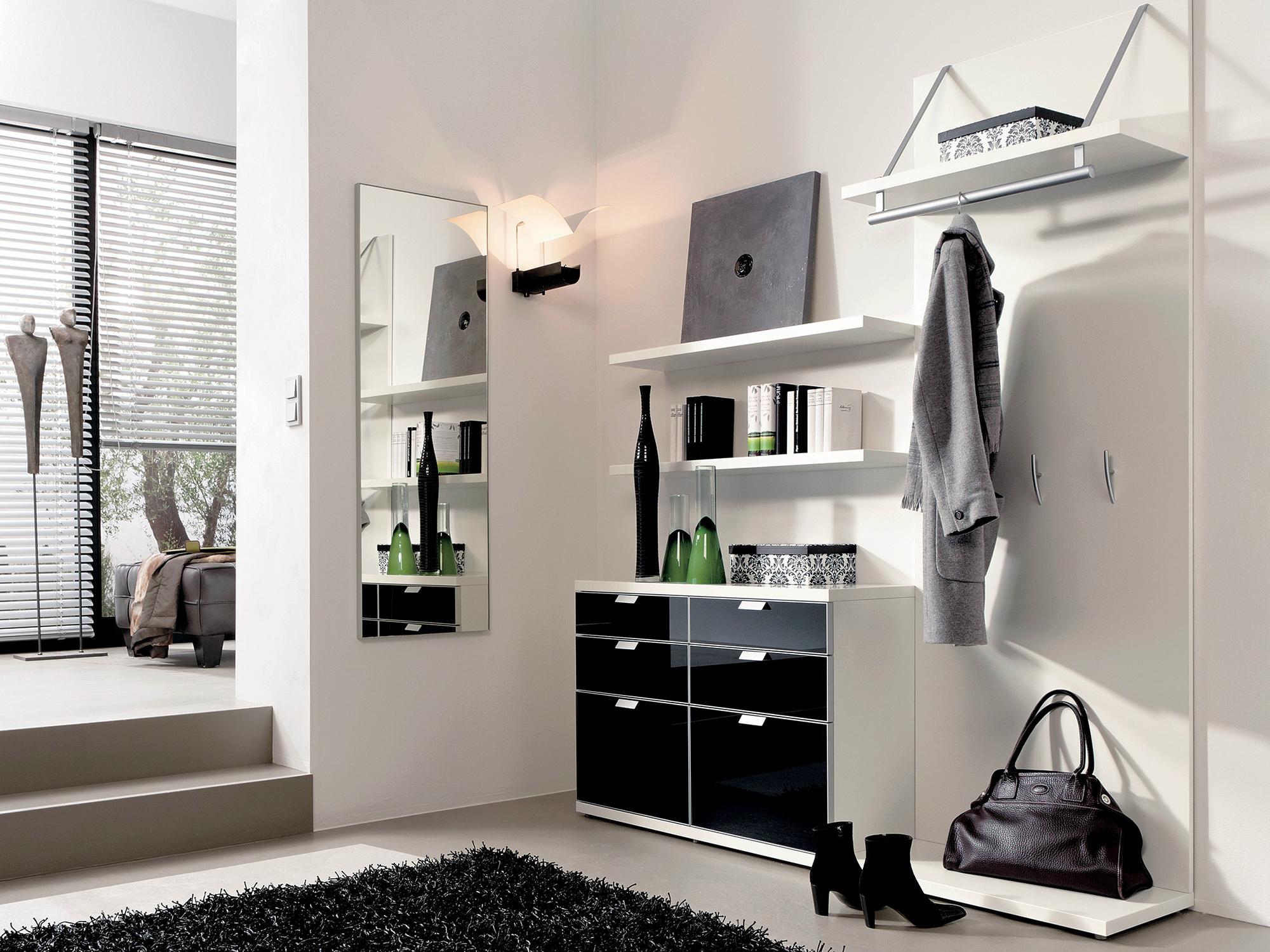 Черно-белый дизайн прихожей