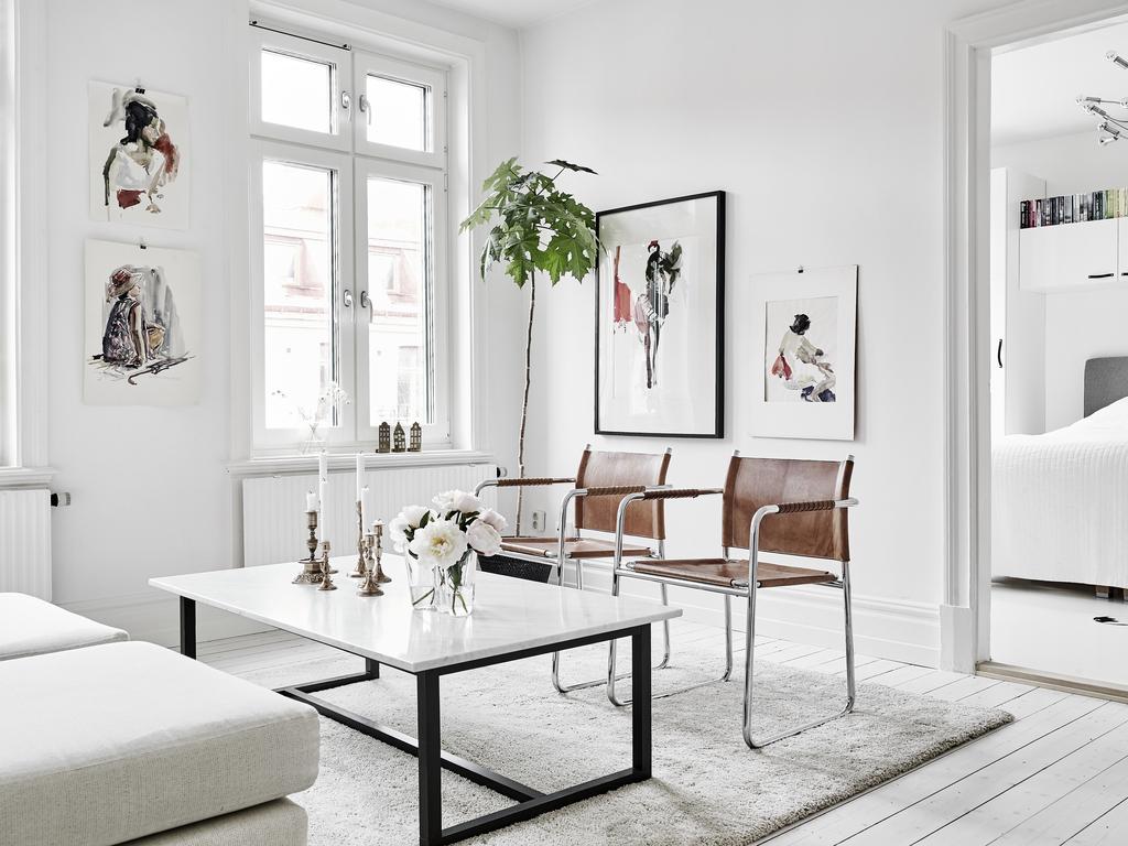Гостиная с деревянным полом в скандинавском стиле