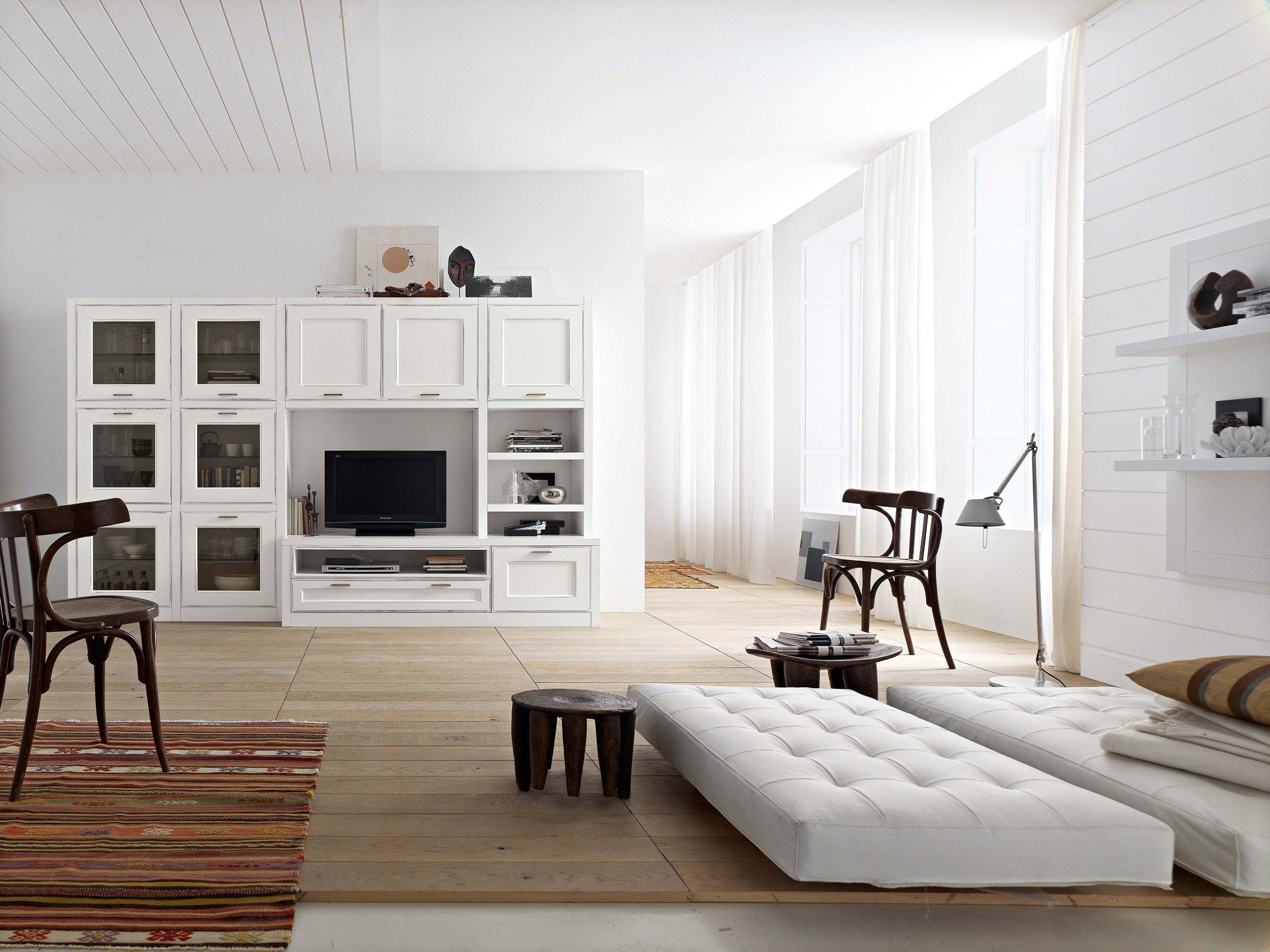 Современная просторная коричнево-белая гостиная