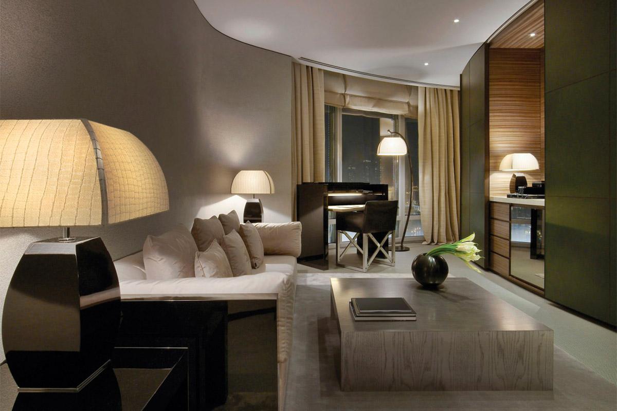 Уютная гостиная в стиле арт-деко с рабочим столом