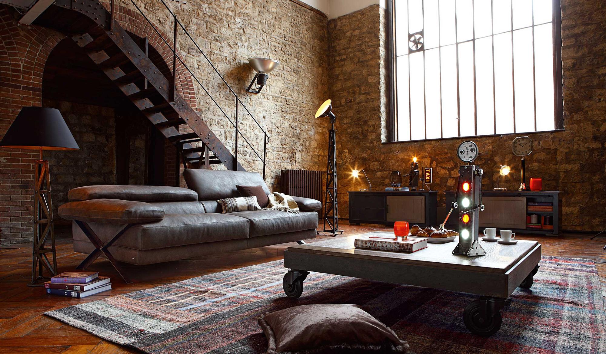 Гостиная с кирпичными стенами в индустриальном стиле