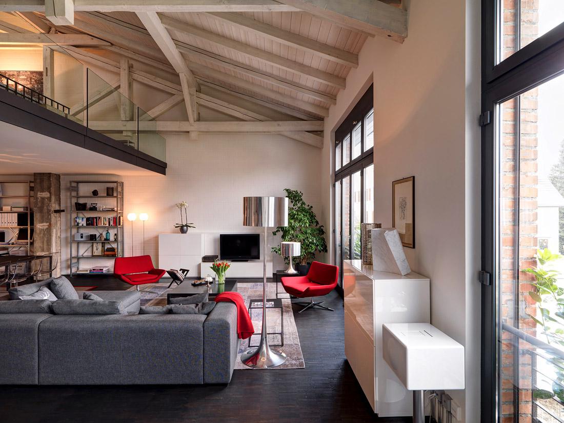 Черно-белая гостиная с красными акцентами в стиле индастриал