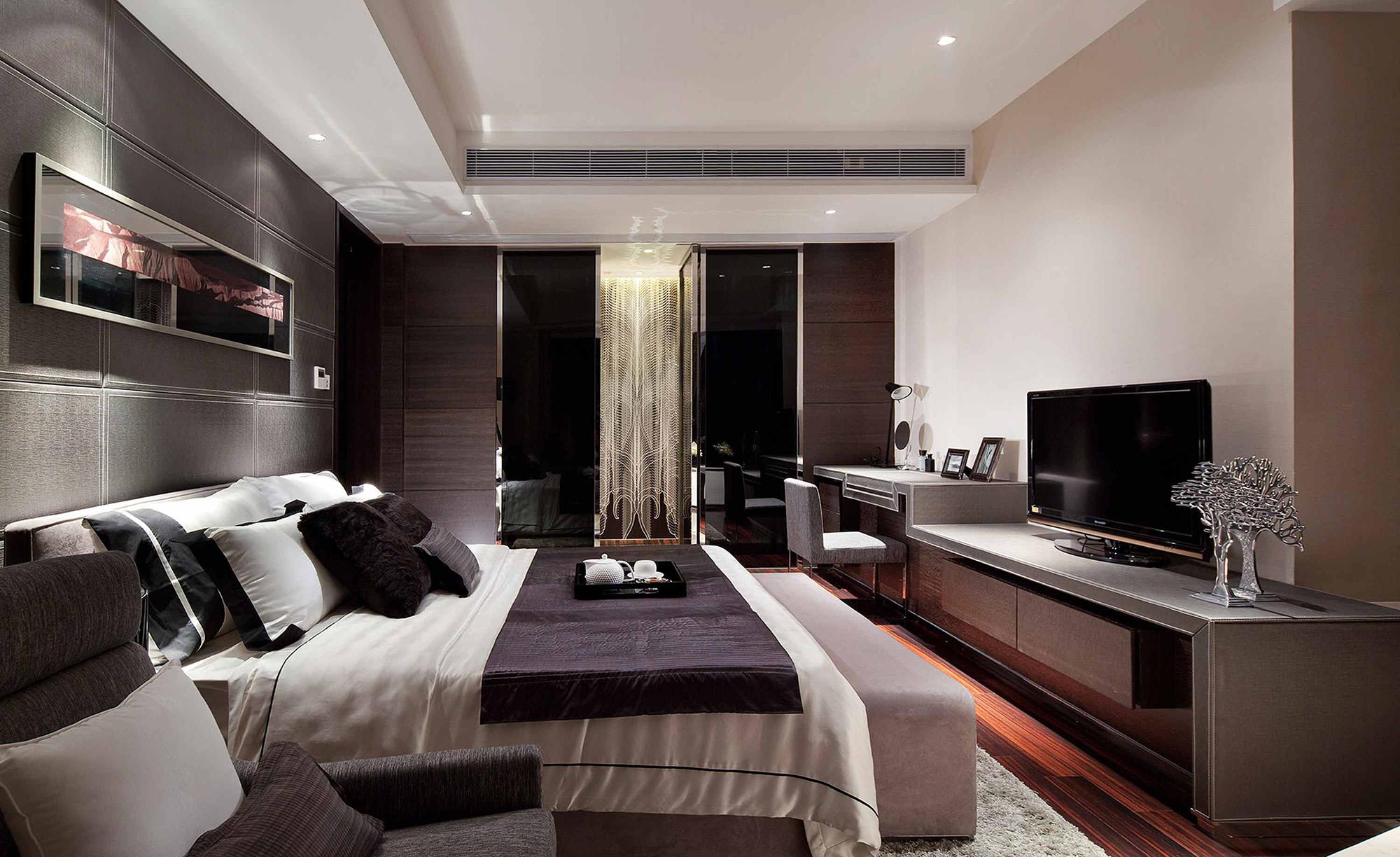 Черно-белая просторная спальня
