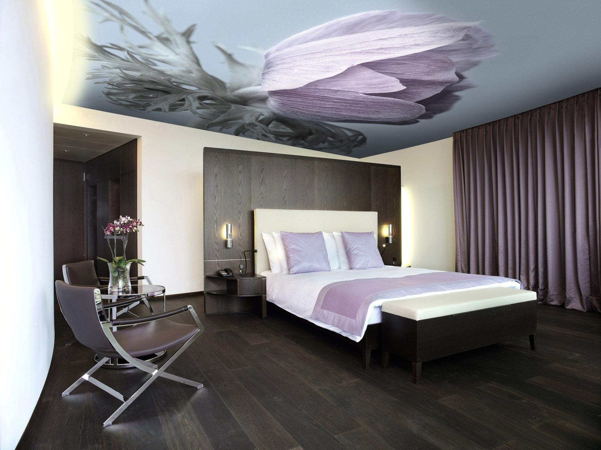 Сиреневые акценты в современной черно-белой спальне