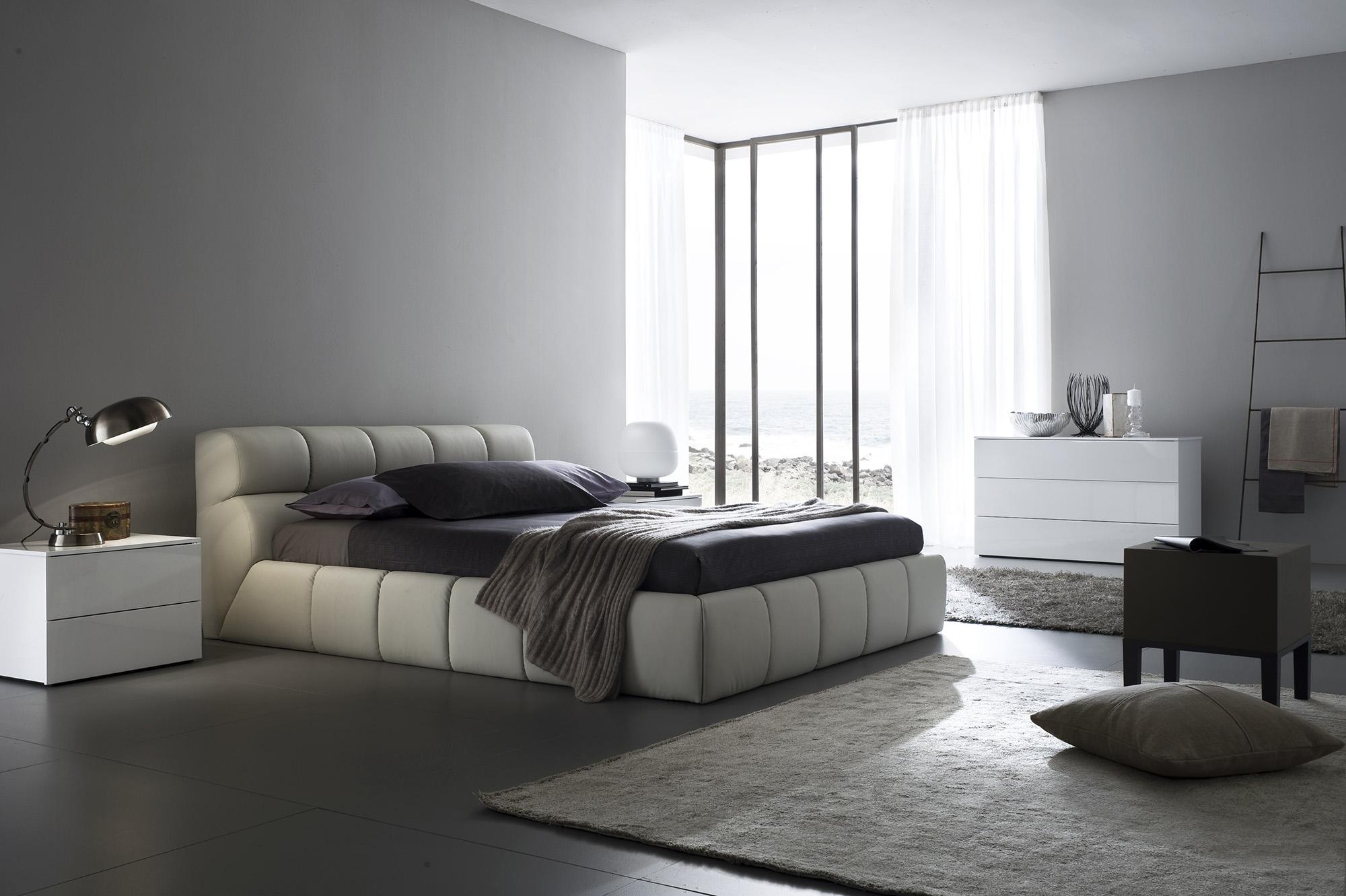 Бежевый, белый и серый цвета в дизайне большой спальни