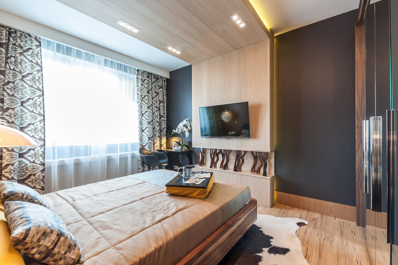 Черная и коричневая деревянная мебель в спальне