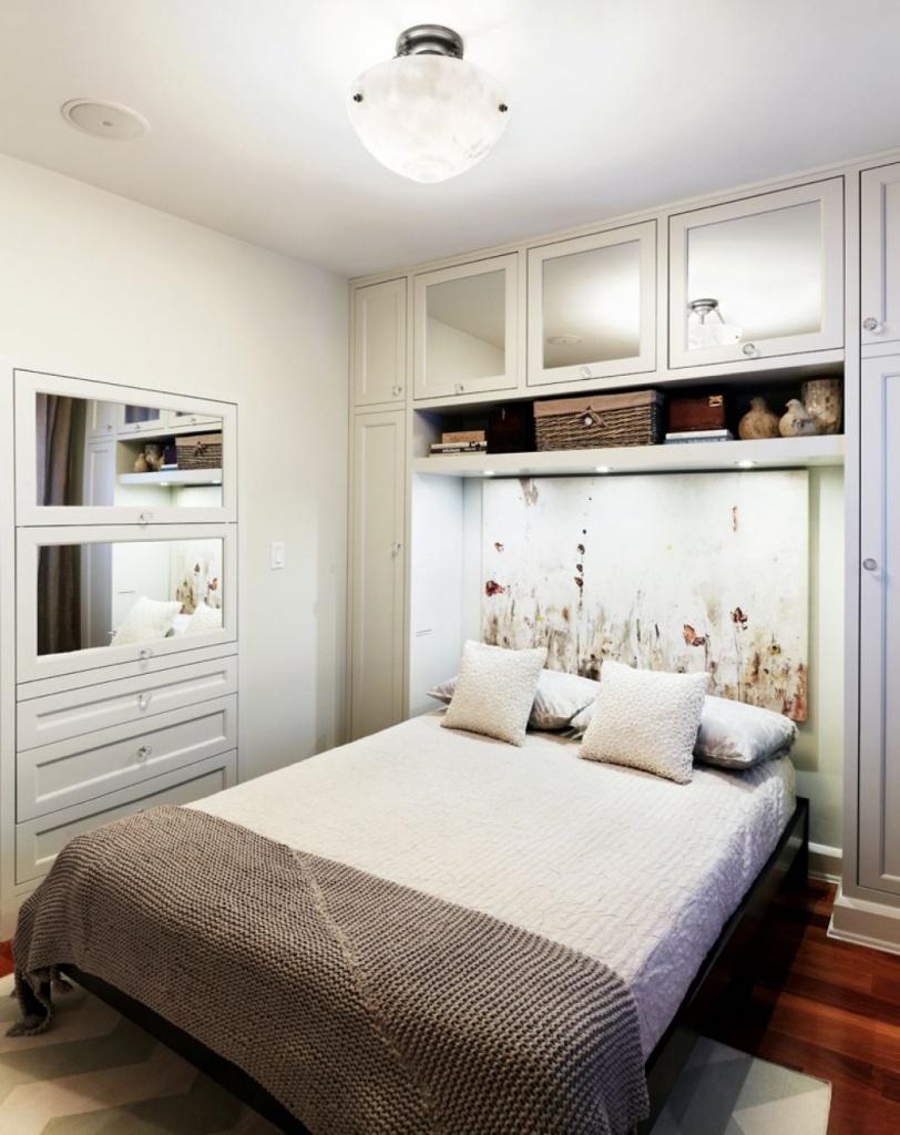Светлая спальня со встроенными ящиками