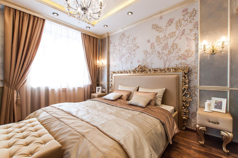Красивое освещение в классической спальне