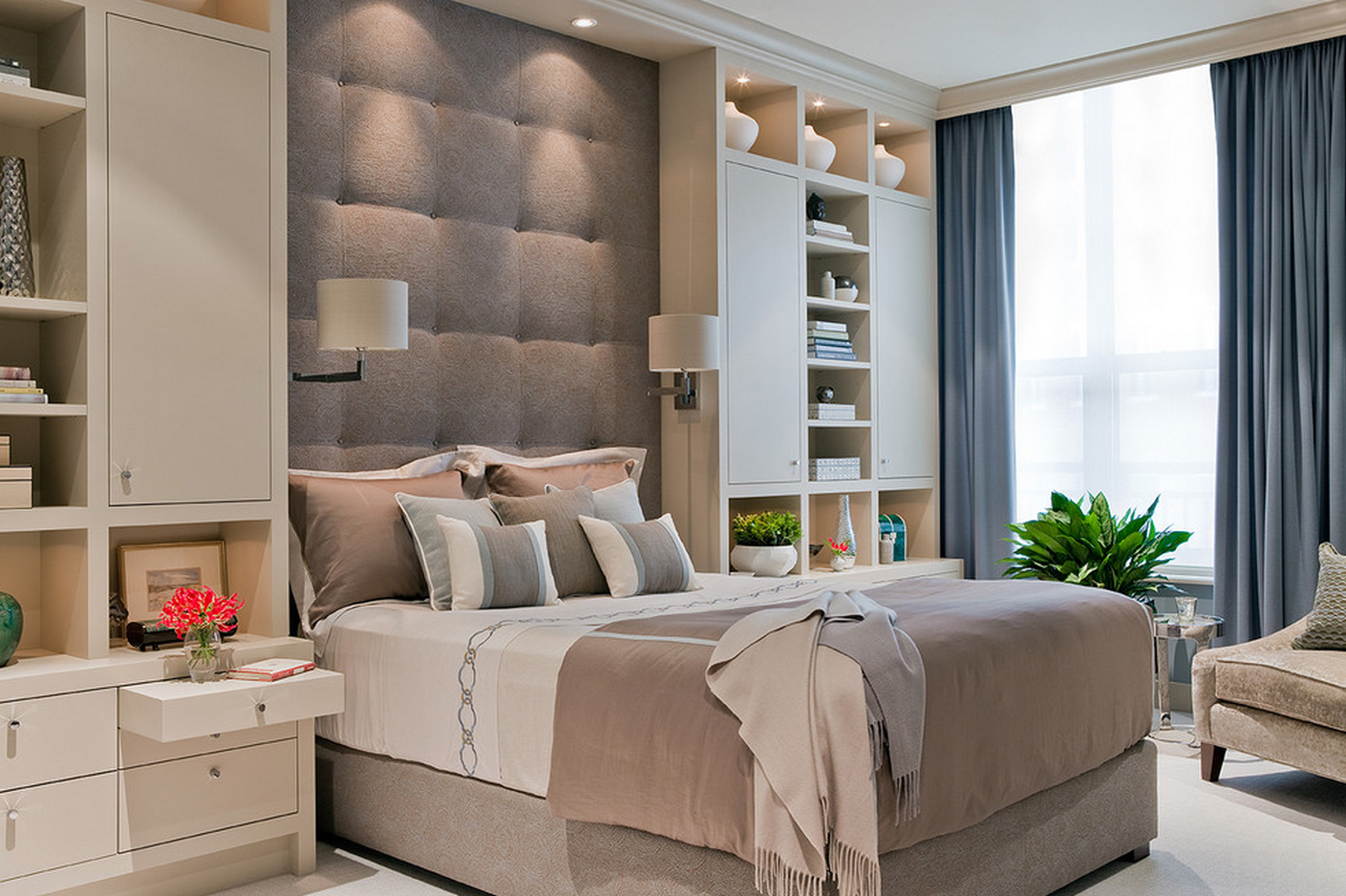Аксессуары в современной спальне в спокойных тонах