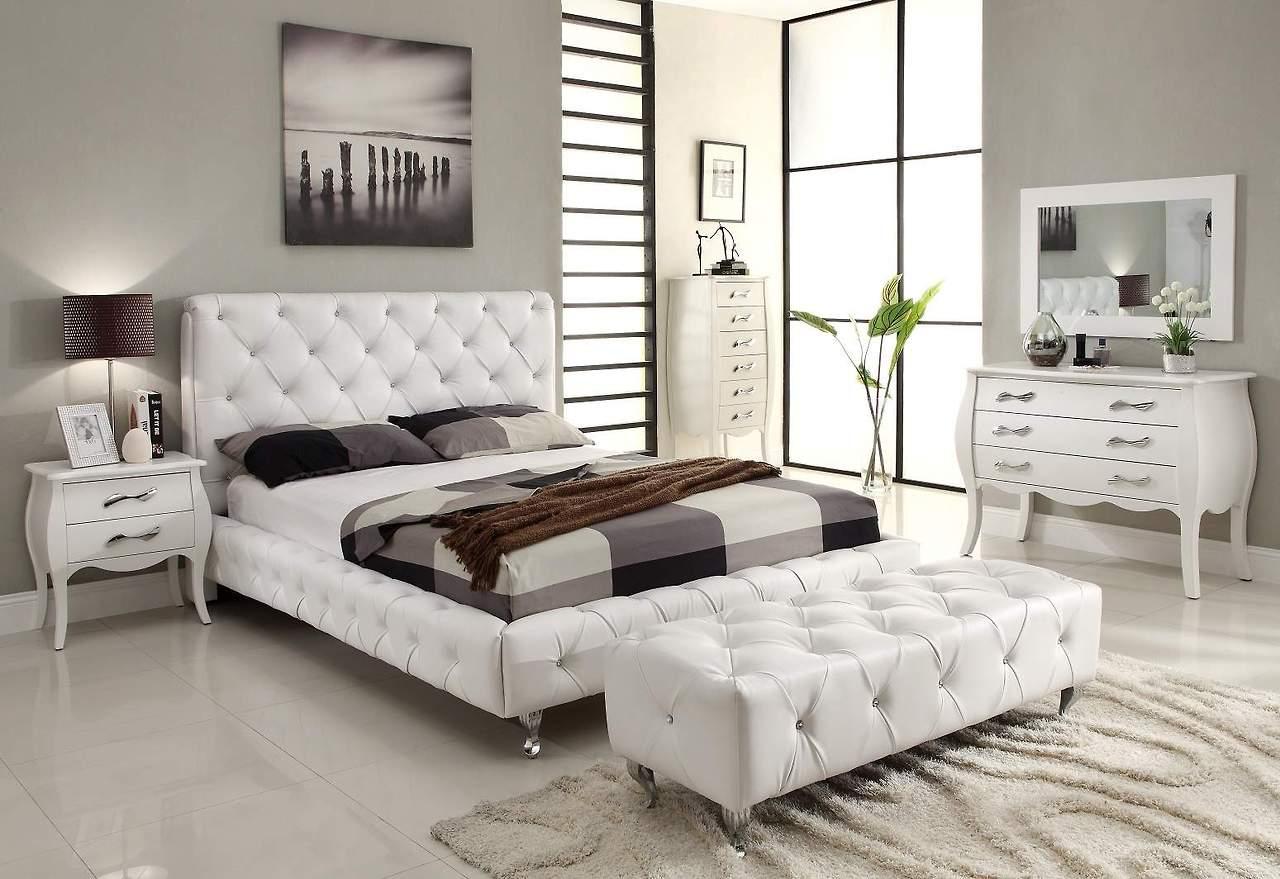 Белая мебель и модный декор в спальне