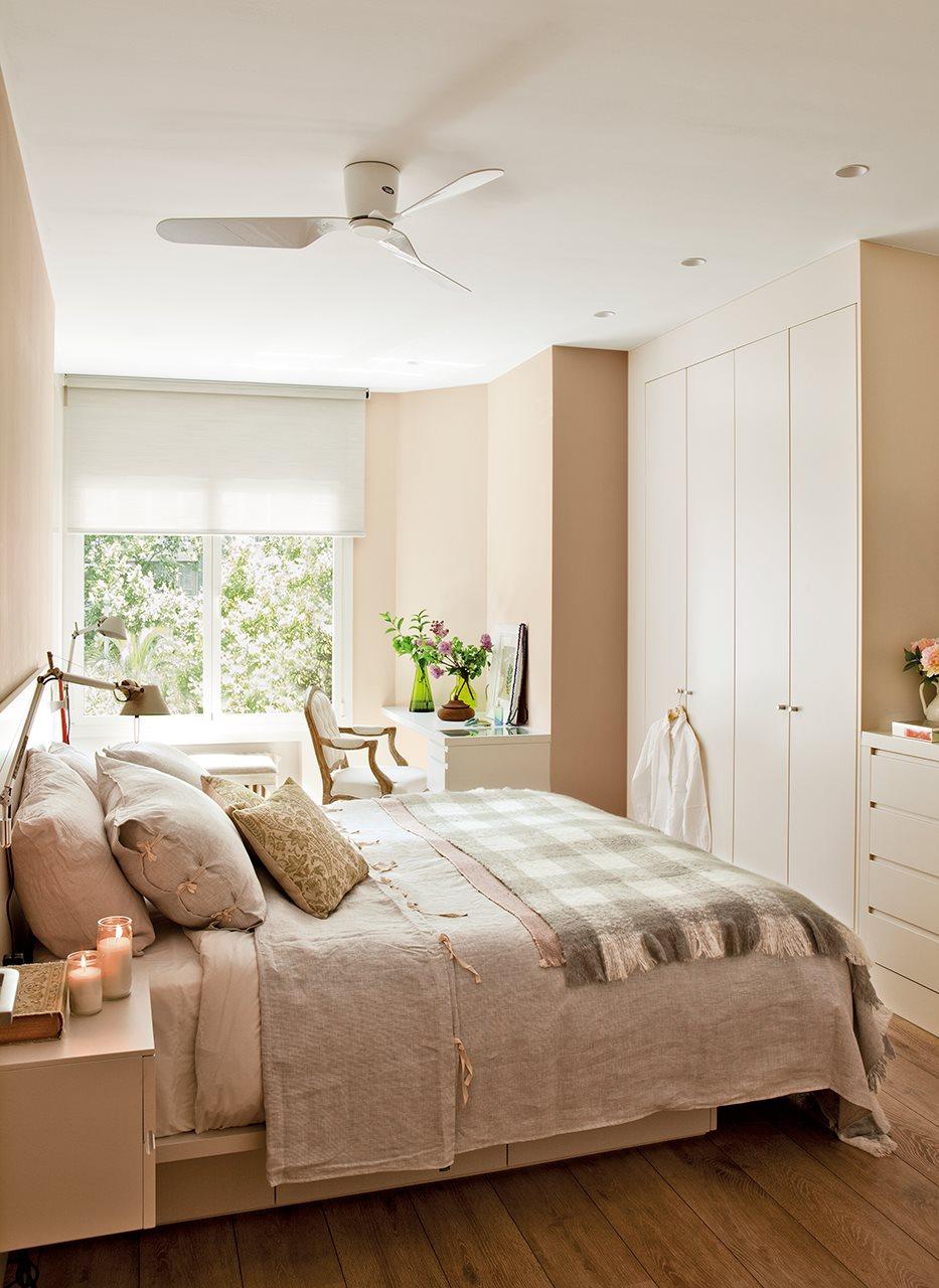 Бежево-белая маленькая спальня