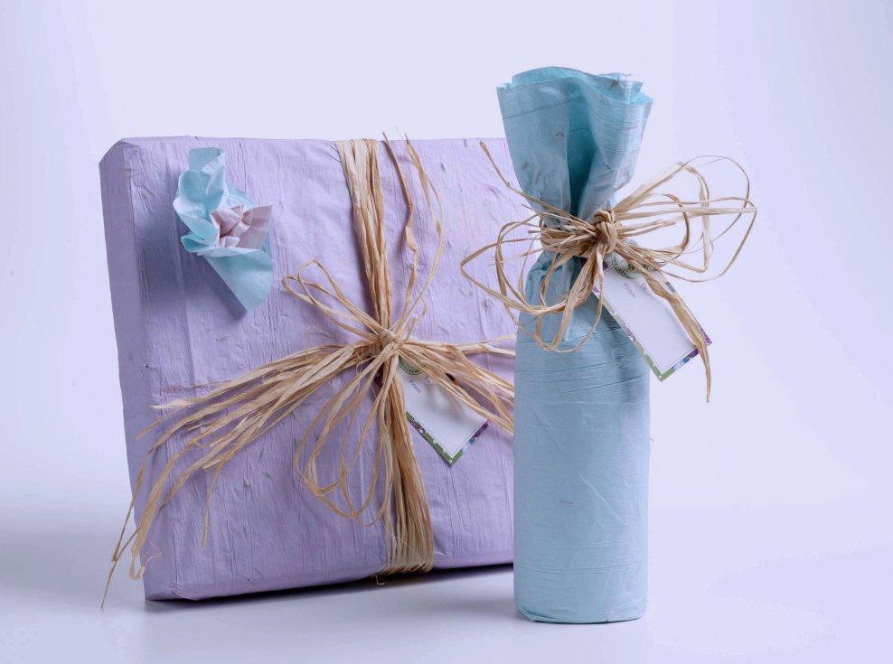 Упаковка бутылки в подарок в бумагу