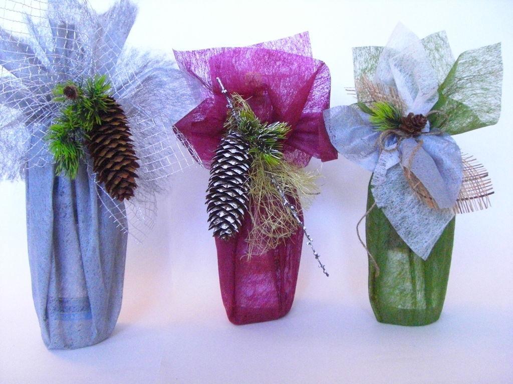 Подарочное оформление бутылок тканью и декором