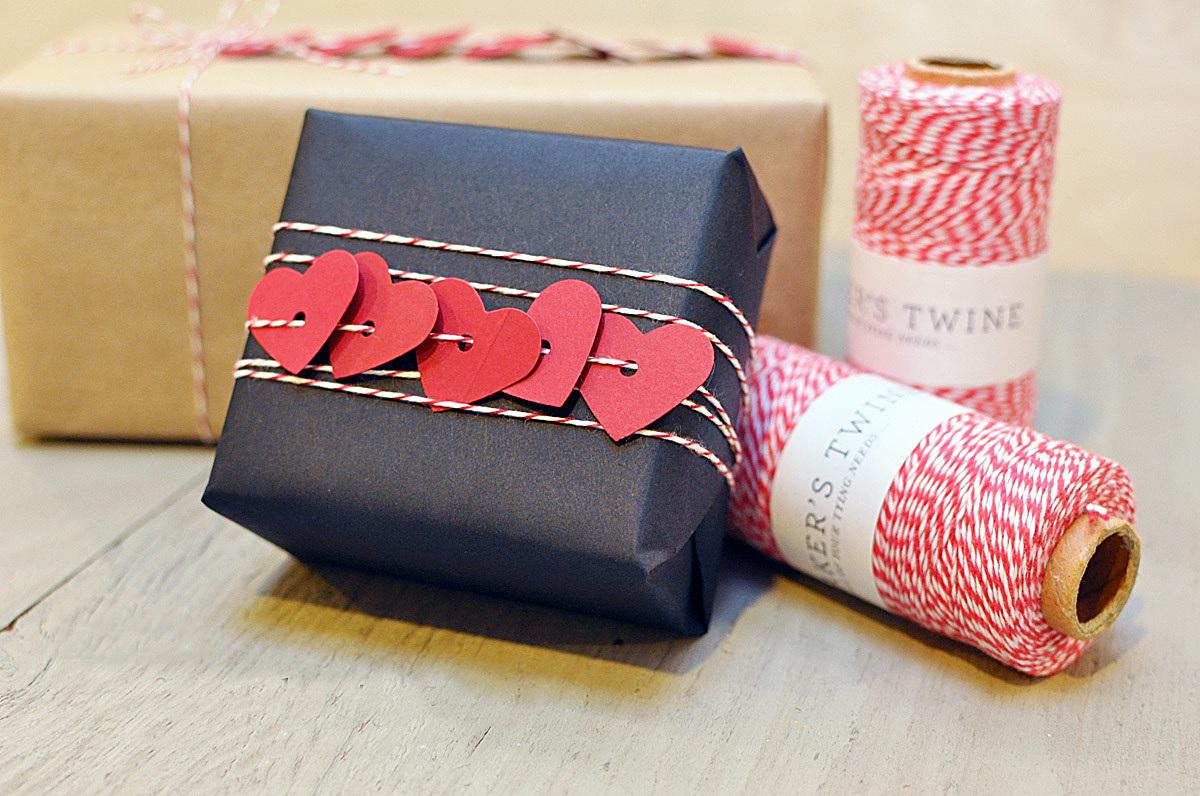 Оформление подарка темной бумагой и веревкой с сердечками