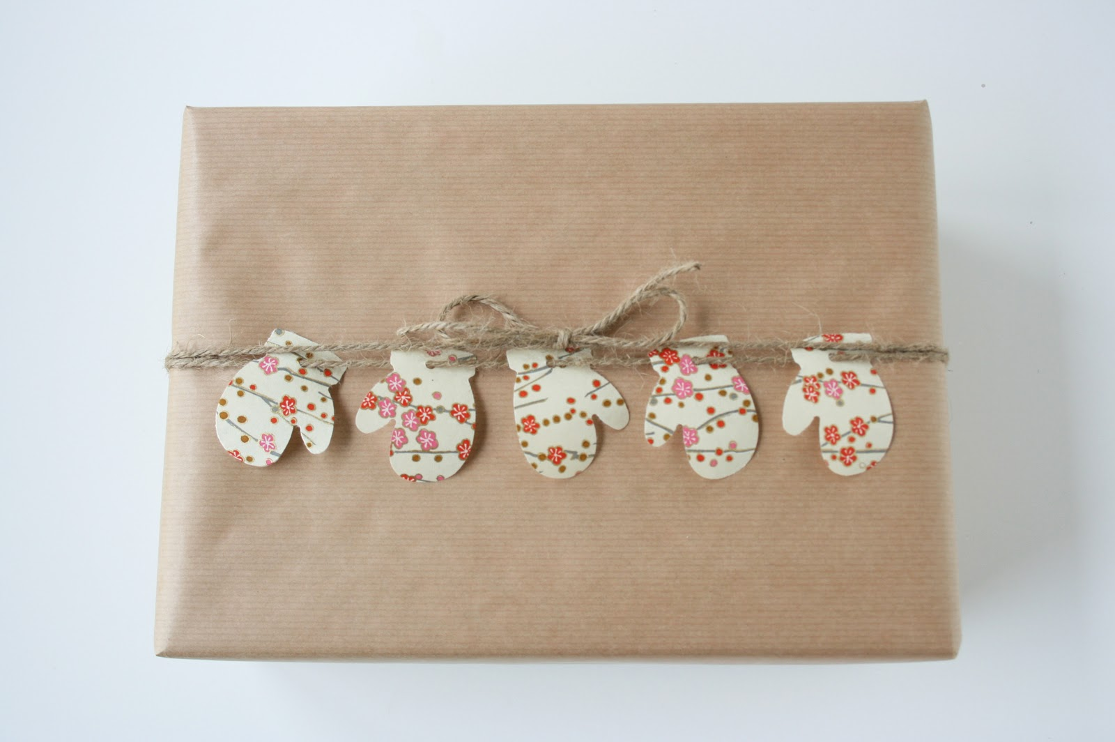 Упаковка подарка в крафтовую бумагу и декор из веревки и варежек из бумаги