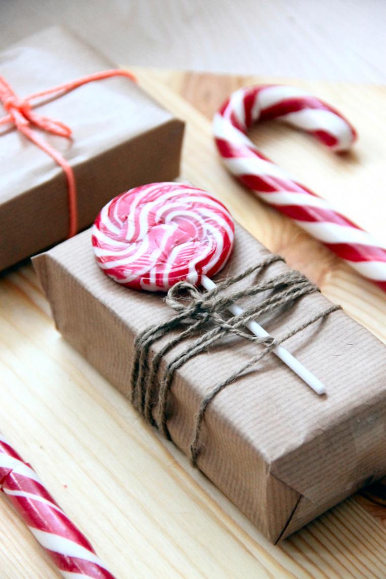 Украшение подарка веревкой и сладостями