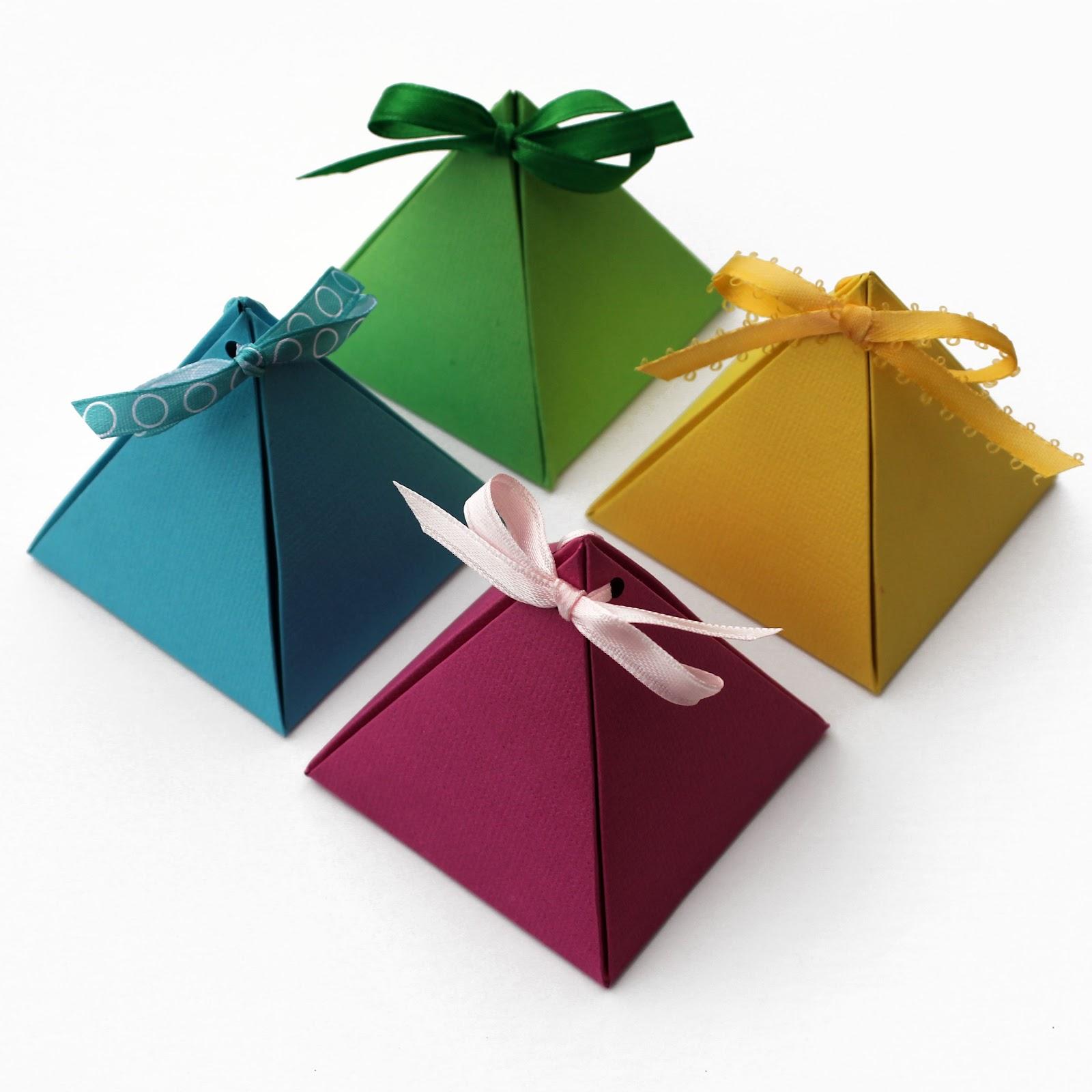 Пирамидки из разноцветного картона для оформления подарков