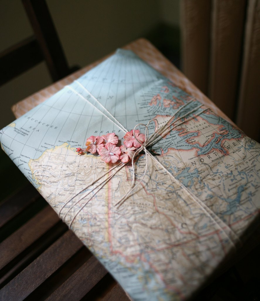 Карта, веревка и цветы для оформления подарка