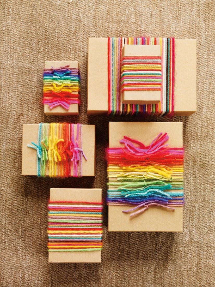 Разноцветные веревки для оформления подарка