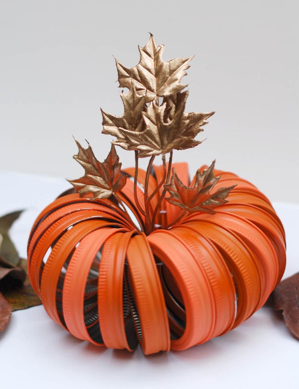 Тыква на Хэллоуин из крышек и листьев