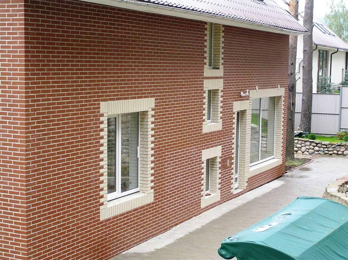 Красная и бежевая клинкерная плитка в отделке фасада дома