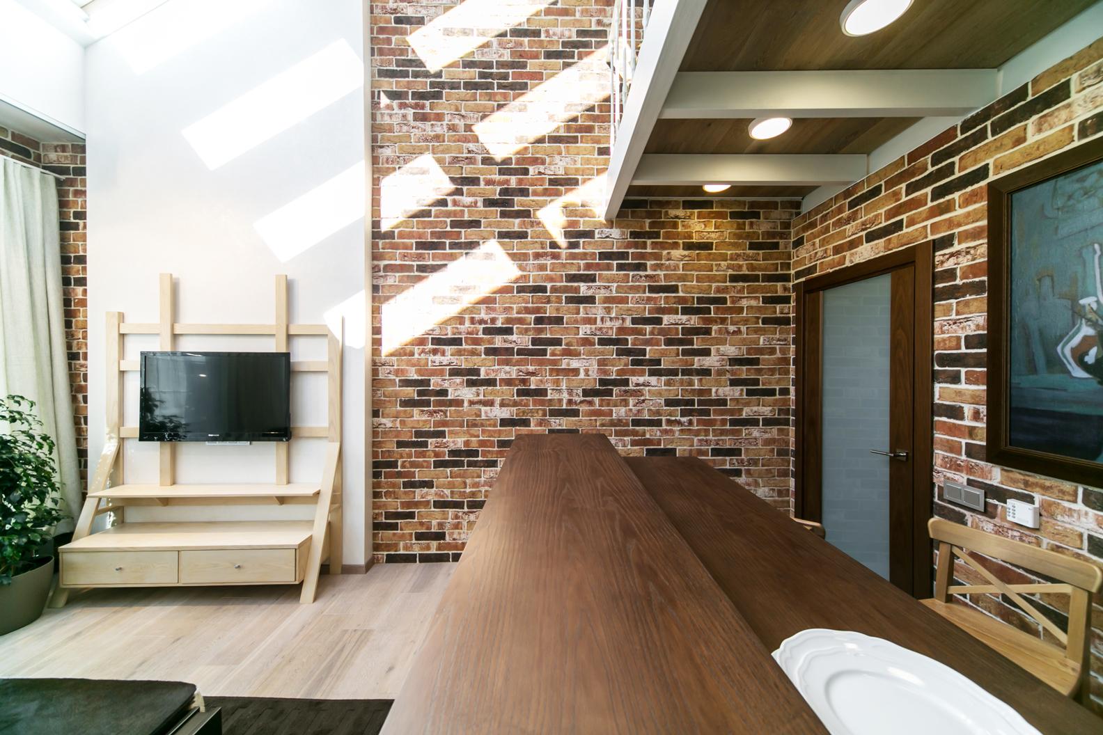 Клинкерная плитка под кирпич в отделке интерьера гостиной-кухни