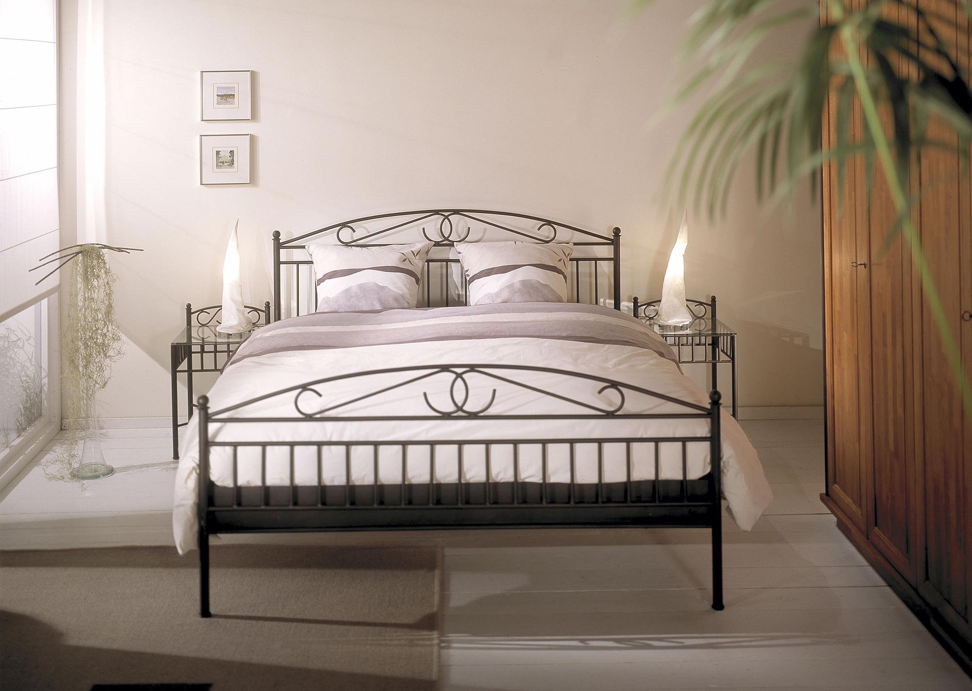 Кованая черная кровать в спальне