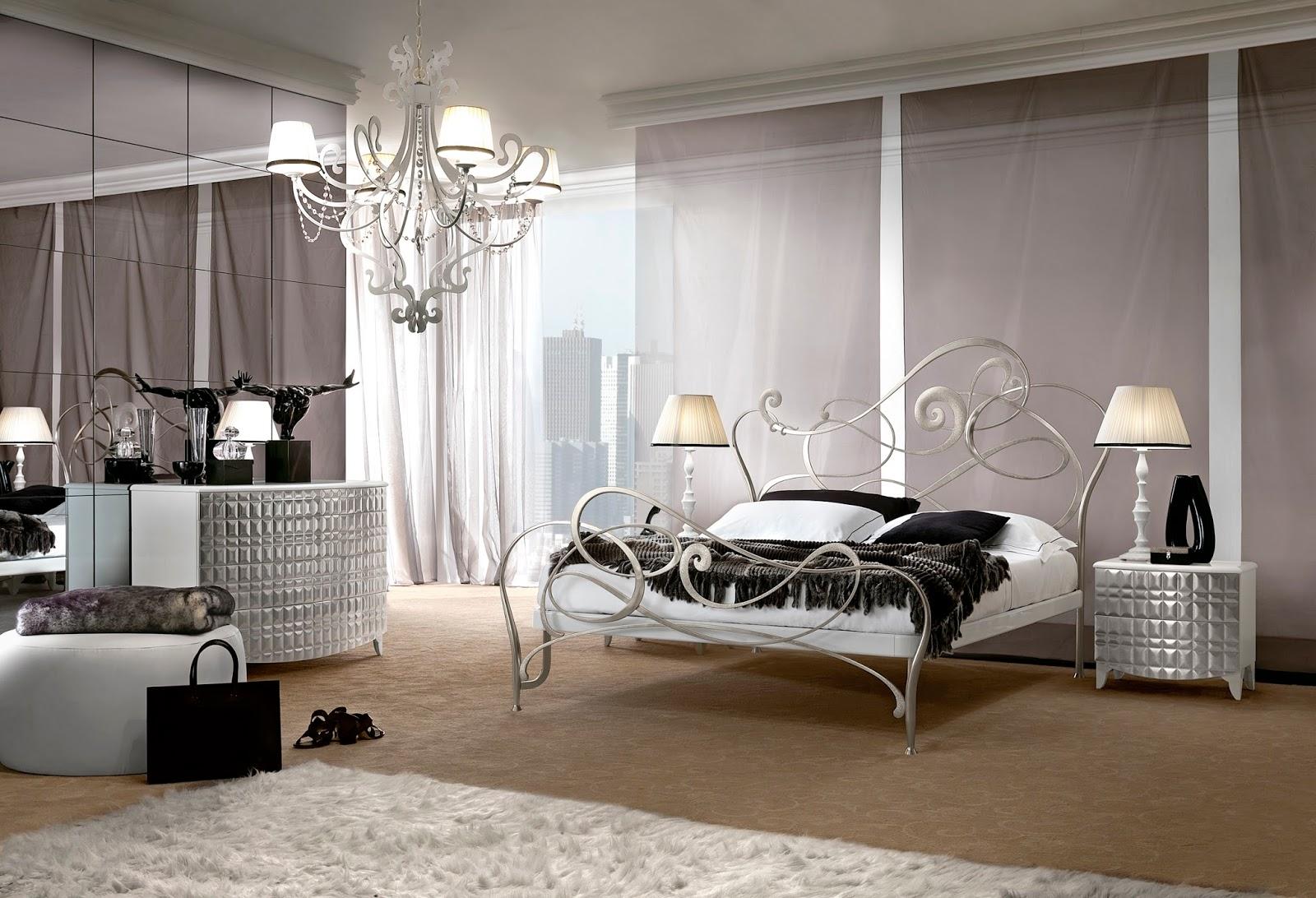 Серебристая кованая кровать в спальне