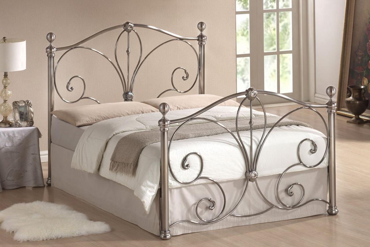 Серебристая кованая кровать в стиле прованс