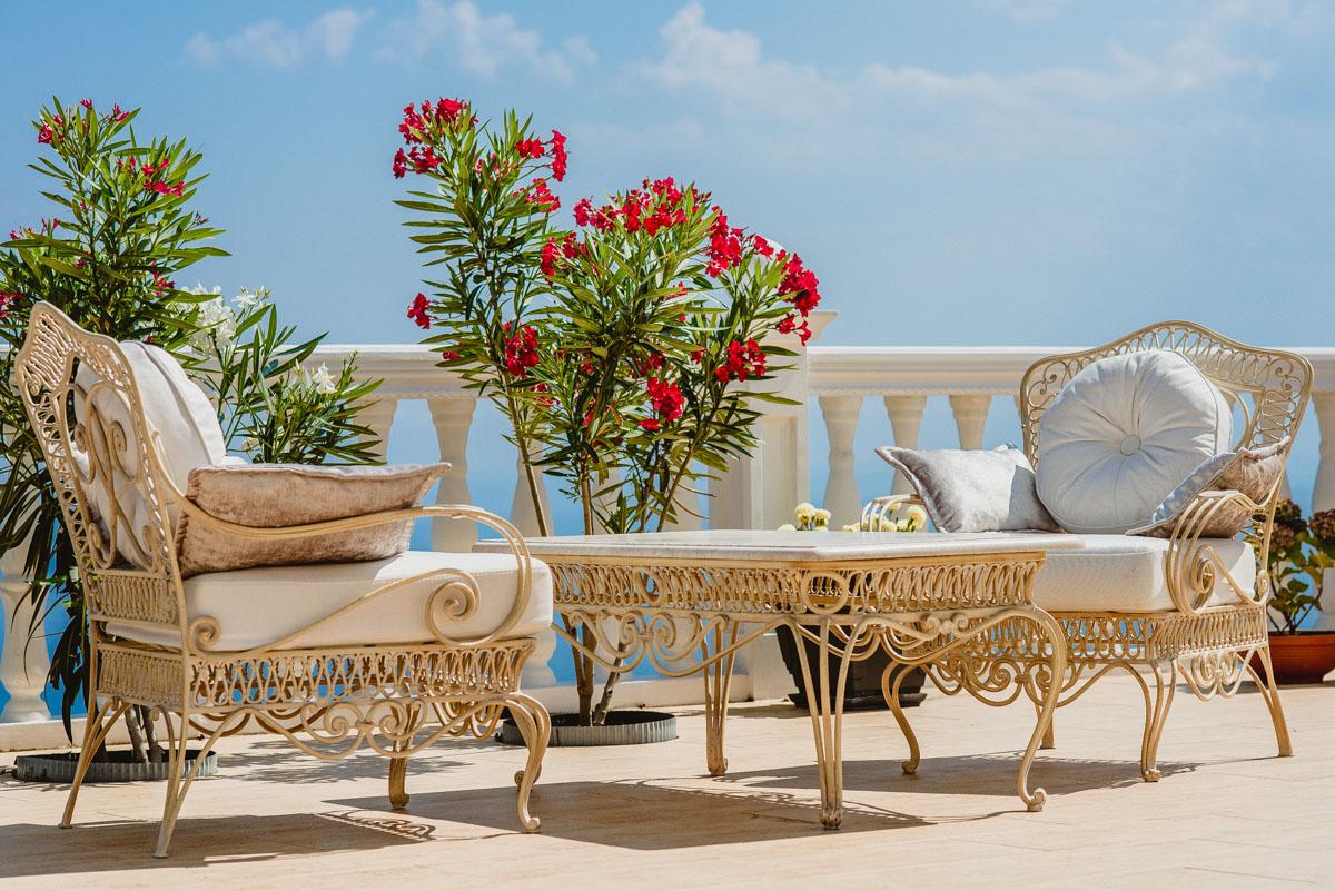 Крашеная кованая садовая мебель