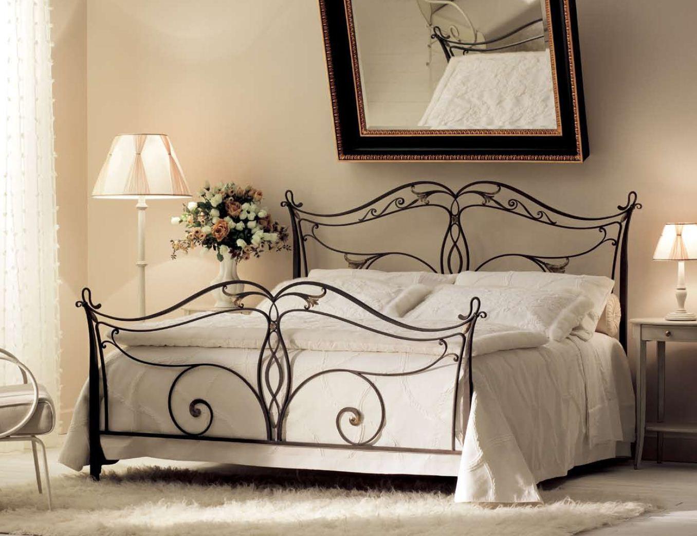 Черная кованая кровать в стиле классика