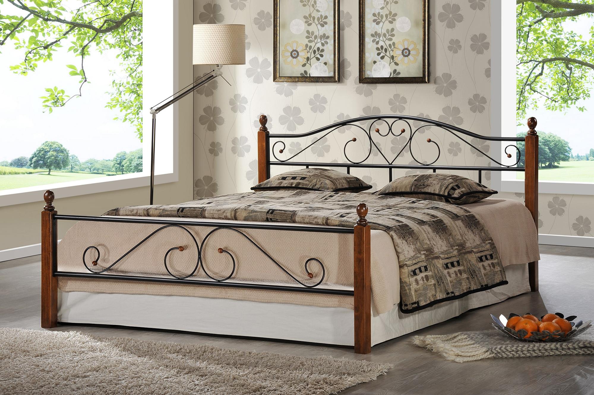Черно-коричневая кованая кровать из металла и дерева