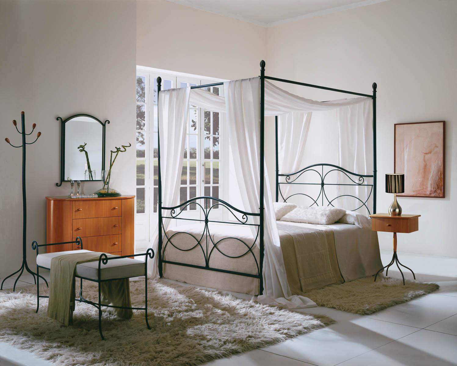 Большая кованая кровать в интерьере спальни