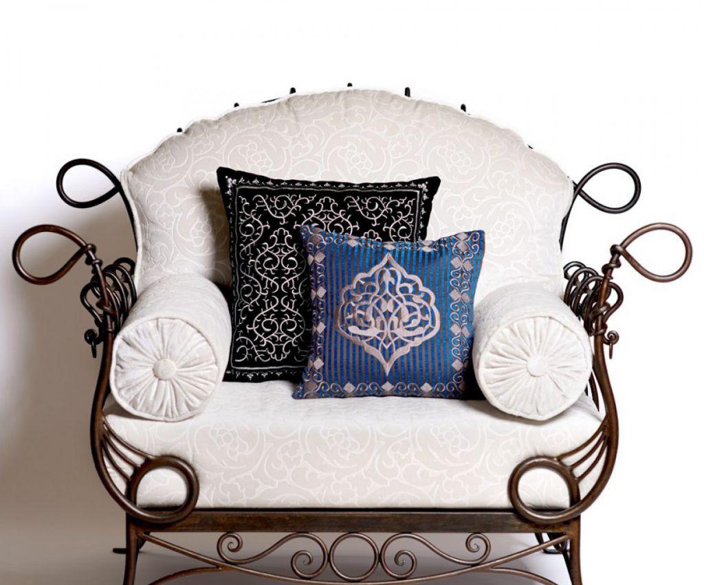 Кованое кресло с мягким сиденьем