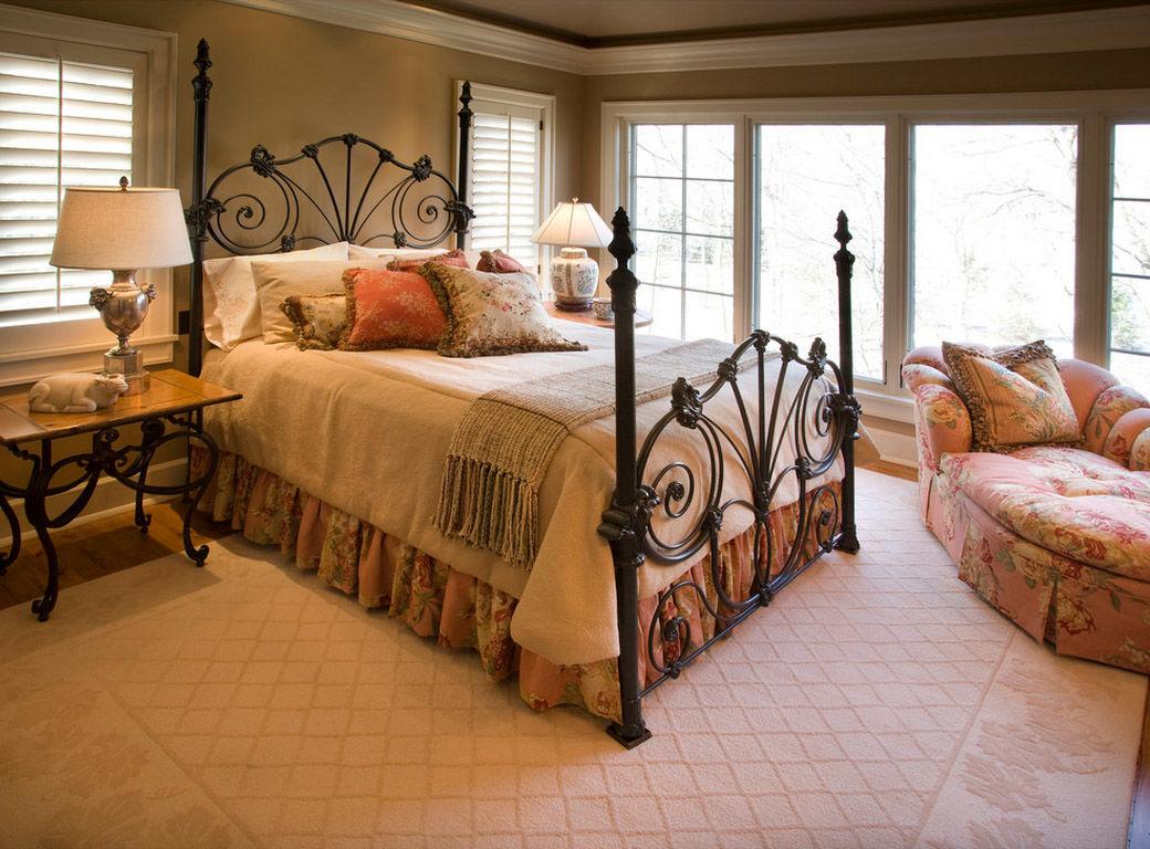 Кованая кровать в спальне в стиле кантри