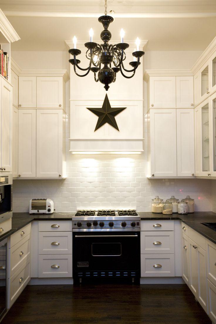 Черная кованая люстра в дизайне кухни