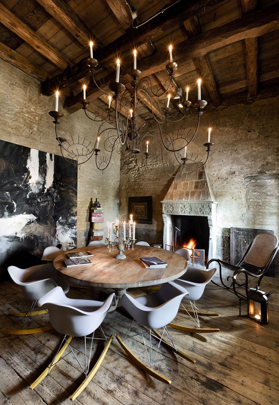 Кованая люстра в интерьере столовой-гостиной