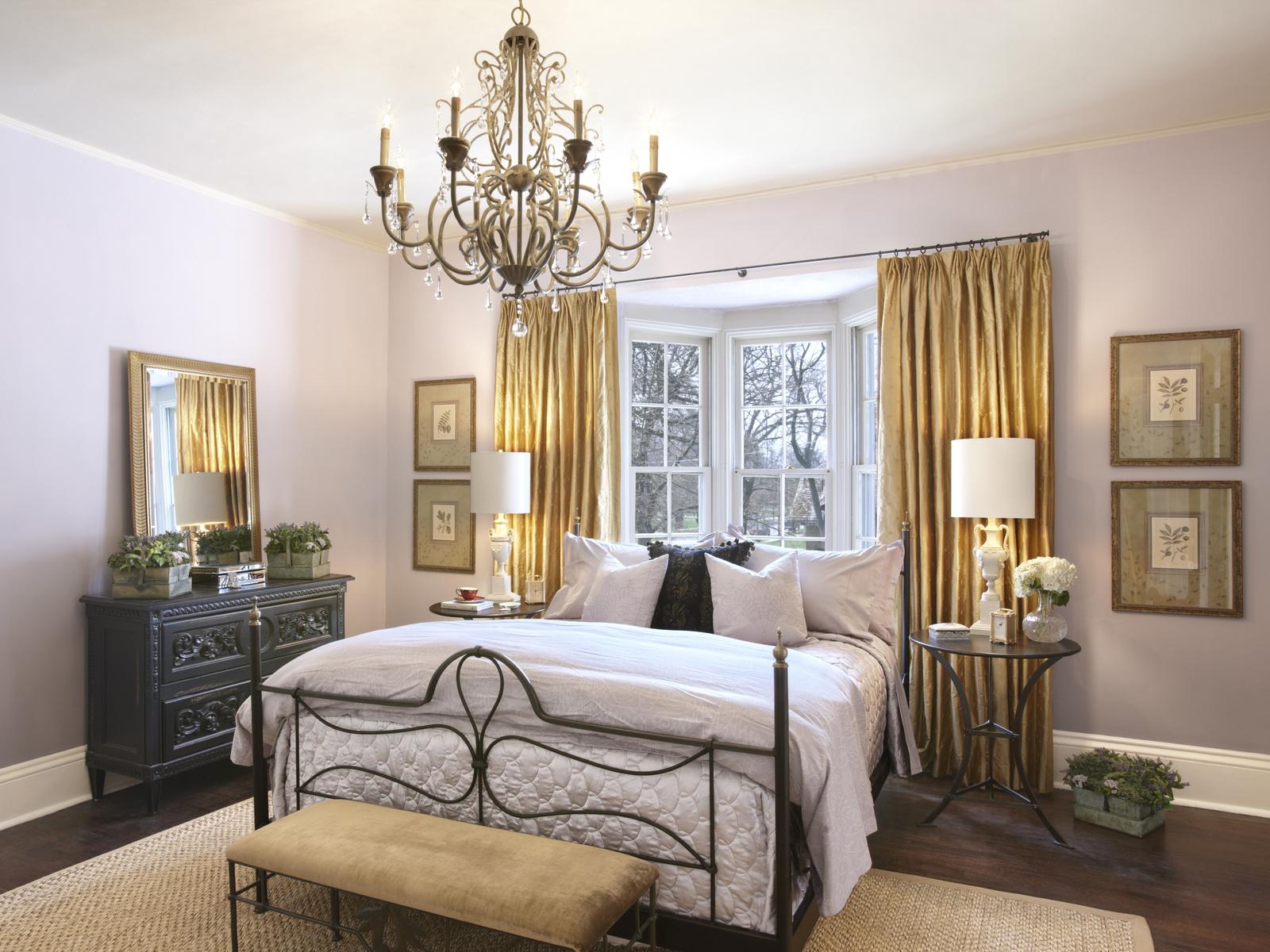 Кованая люстра в интерьере спальни