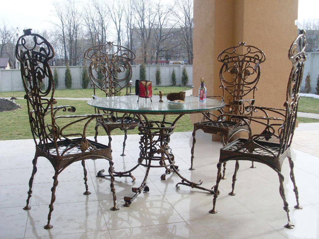 Кованый стол и стулья в стиле классика на террасе